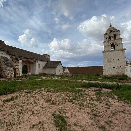Église de Carahuara de Carangas. Cette église ne paie pas de mine de l'extérieur mais renferme une véritable merveille. Son surnom de chapelle sixtine de la Bolivie n'est pas usurpé: c'est une véritable merveille d'art, un mélange unique d'art baroque, métisse, maniériste. Il n'est pas permis de prendre des photos de l'intérieur, mais cette Église est un joyau méconnu, certainement l'une des plus belles réalisation d'art religieux colonial d'Amérique latine. À une heure de Sajama National Park.