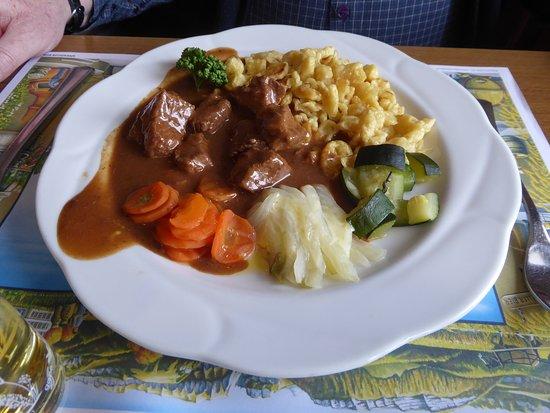 Gonten, Suiza: Rindsgulasch mit Eierspätzli und Gemüse.