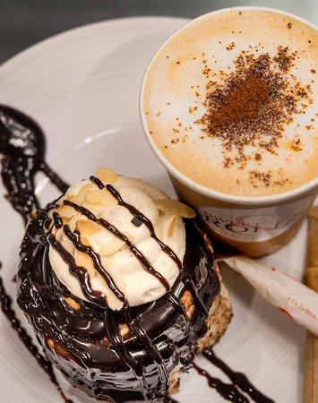 Roll de canela con glaseado de chocolate y crema de mantequilla más  Café con leche
