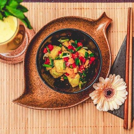 Hast du schon mal Đậu Muối probiert? Mit frischen Gemüse und natürlich #vegan ! Dazu empfehlen wir dir einen fruchtigen Mango Lassi!
