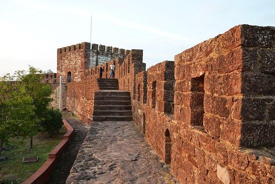 El castillo de Silves y el casco antiguo se detienen en Chapel of...
