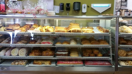 Gonzales, Californie : Pastry display case.