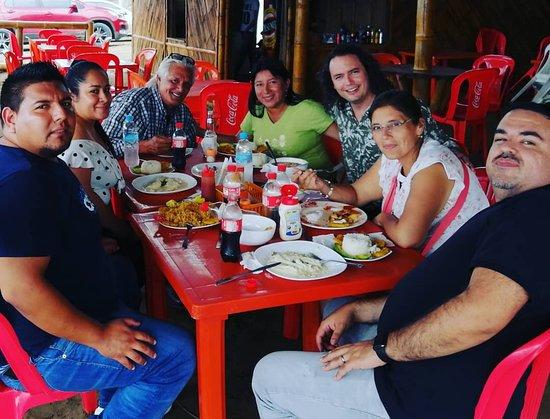 San Lorenzo, Эквадор: En Ligüiqui, disfrutando de la deliciosa comida de Las Balsillas restaurant con la visita del artista ecuatoriano Fausto Miño