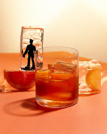 VELHA GUARDA: Woodford Bourbon em fatwash de óleo de côco, syrup de limão cravo, cynar, solução salina e angostura. Sabores clássicos, apresentações irreverentes.
