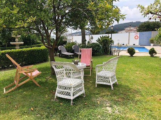 Samieira, España: Nuestras instalaciones cuentan con un jardín con arboles frutales y piscina.
