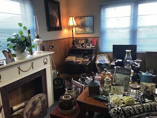 Red Oak, IA: Primitives, crockery, lamps, memrobila