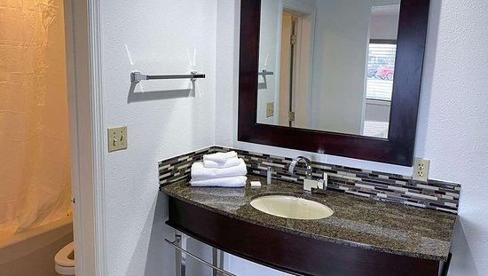 Russell Springs, KY: MH SpringsMotelKY Jamestown KY Guestroom Bathroom