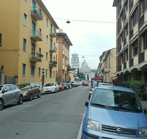 Okrug Piza, Italija: Andando pela pequenina cidade de Pisa, na região da Toscana, e avistando a belíssima torre.