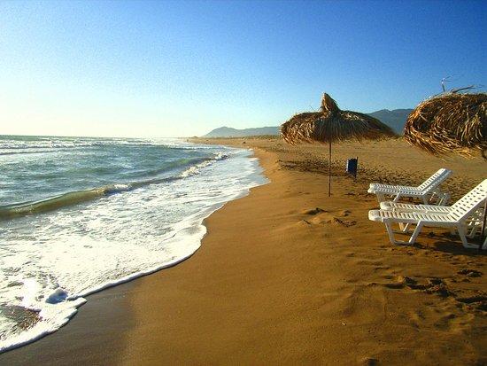 Kakovatos Beach  Βρίσκεται στο κέντρο του Κυπαρισσιακού Κόλπου,τρία χιλιόμετρα νοτιοδυτικά της Ζαχάρως στο Νομό Ηλείας