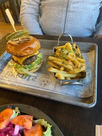 Mjondalen, Норвегия: Classic burger med classic fries og Burgeriets biffsnadder. Smakte utrolig godt og hyggelig betjening