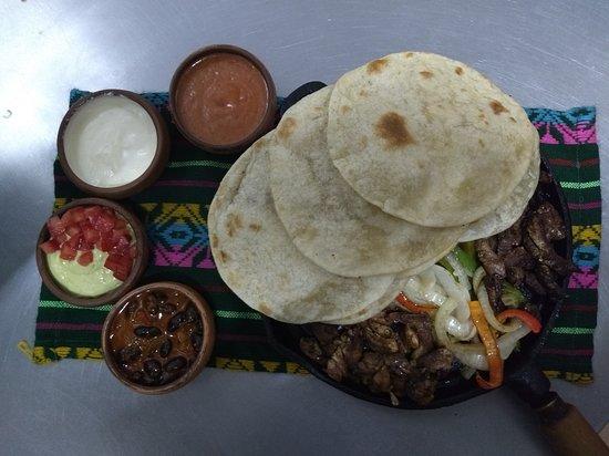 Fajitas: plato especialmente creado con una variedad de carnes y salsas, para que los comensales puedan armar sus tacos a gusto. Especial para 2 o 3 personas.