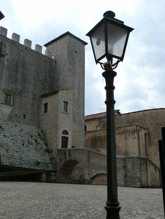 Maenza, Italië: Entrata del Castello vista da Piazza della Portella