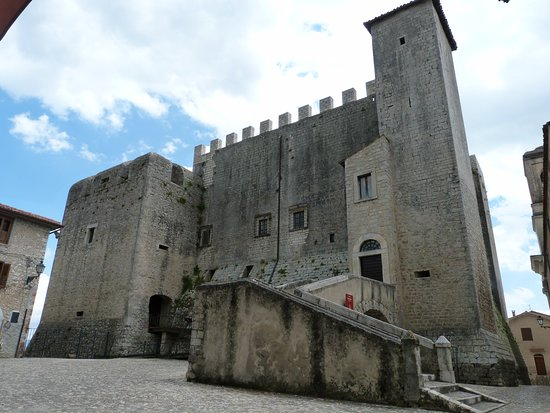 Maenza, Italië: Vista totale del Castello da Piazza della Portella