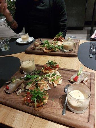 Een heerlijk plankje met verschillende hapjes: Thais soepje, pannenkoekjes met eend, Crackers met zalm en crostini's. Absoluut een aanrader!