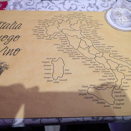Provincia Terst, Taliansko: Klein + gemütlich + freundlich!  sehr gut verköstigt!  Z Suppe des Tages und Jota - traditionelle Suppe von Triest, Kartoffeln, Sauerkraut, Bohnen und Fleisch selbstgemachte Crossinis, super lecker. Danach das Tagesgericht - Nudeln mit Pesto + Speck und Spaghetti mit Pesto + Walnüssen. Lecker u. Frisch. Und dann der Gruß aus Küche, Tiramisu u. Amaretto. Prosecco u. Hauswein u.  1 abwechslungsreiche Playlist, Celentano, Domingo, Dire Straits. Wir fühlen uns sehr wohl, huch ein Brandy... 😊👍K. W.