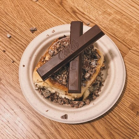 Cinnamon Roll con Topping Kit Kat, sabor del mes de marzo. Cafetería y Pastelería Barcelona Zimt.