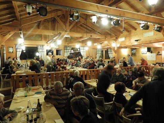 Thoiry, Frankrijk: Salle à manger de l'auberge style chalet de montagne