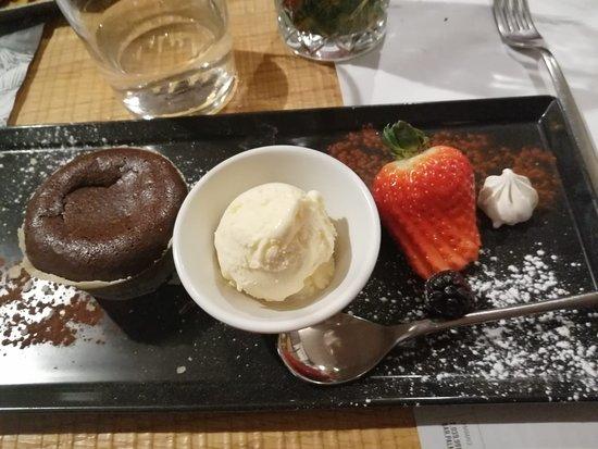 Olgiate Molgora, Italy: gelato e tortino caldo al cioccolato