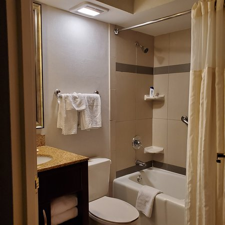 Oak Lawn, IL: Washroom was clean, water flow was excellent, also has another vanity that can be used if this washroom is busy, I found that very useful, even though in this opportunity I was travelling alone.