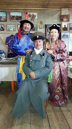 Khovsgol Province, Mongolie : Отец, жених и невеста после соглашения о свадьбе- фото на память