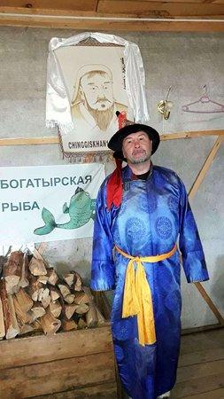 Khovsgol Province, Mongolie : Монгол на фоне портрета прадедушки