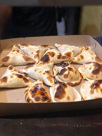 Empanadas caseras, nuestra masa de las empanadas son amasadas y elaboradas en Piu Avanti
