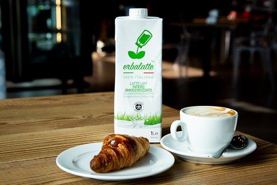 Genola, Italija: La Colazione viene servita con il latte di ERBALATTE - il primo latte da Agricoltura SImbiotica. In vendita anche al Market