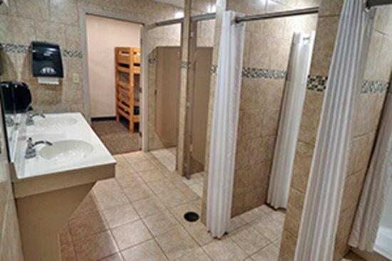 Ridgecrest, Caroline du Nord: Our Royal Gorge youth housing bathrooms.