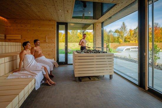 Bad Zell, Austria: Genießen Sie bei einer Massage Ruhe und Harmonie. Lassen Sie sich von unserem Kosmetik-Team verwöhnen und beraten. Freuen Sie sich auf Bärenhöhle und Tauchbecken, auf Finnsauna und Natursauna, Schwitzkastn und Troadkastn, Nebelstub'n und Ofenluckn, Crushed-Ice-Dusche, Sprudelbecken und vieles mehr.