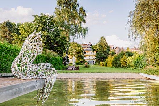 Drobollach am Faakersee, Austria: Blick auf den Hotel vom See aus