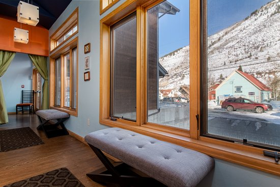 Minturn, CO: Great mountain views can be seen from each or our rooms.