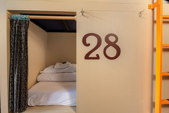 Minturn, CO: Sleeping is easy once inside our cozy pods!  Each Pod has a large locking drawer for your person items.  Bring your own pad lock or rent one of ours for $3.
