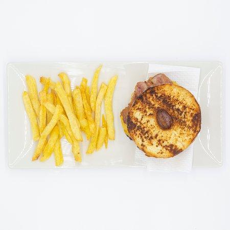 Donut, carne de caballo o ternera, queso cheddar, bacon y salsa barbacoa inglesa.