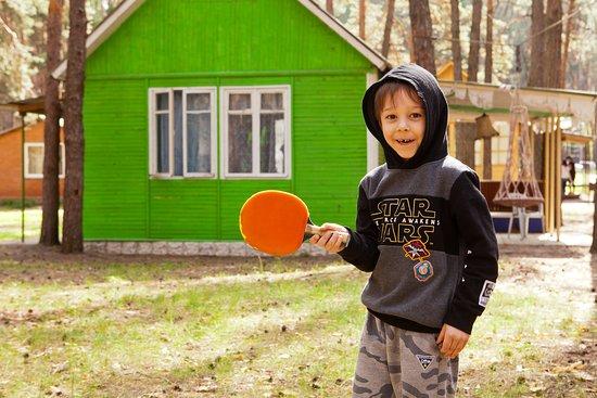 Staryi Saltiv, Ukraine: детские спортивные игры на базе отдыха Залив