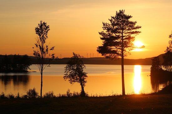 Trehorningsjo, שוודיה: En vacker solnedgång över sjön fotad av en av våra gäster