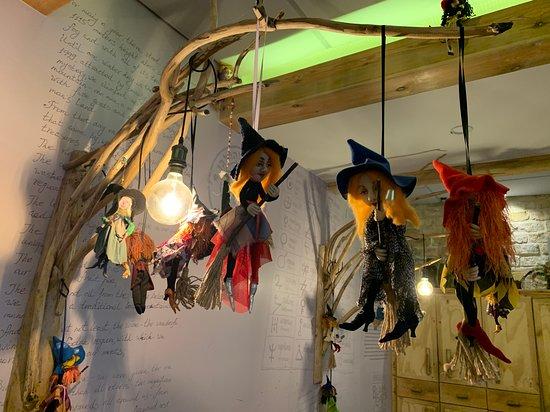 Kibbutz Dafna, Israel: Милые ведьмочки в интерьере ресторана