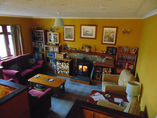 Laggan, UK: Guest lounge with log burner lit and comfy sofas