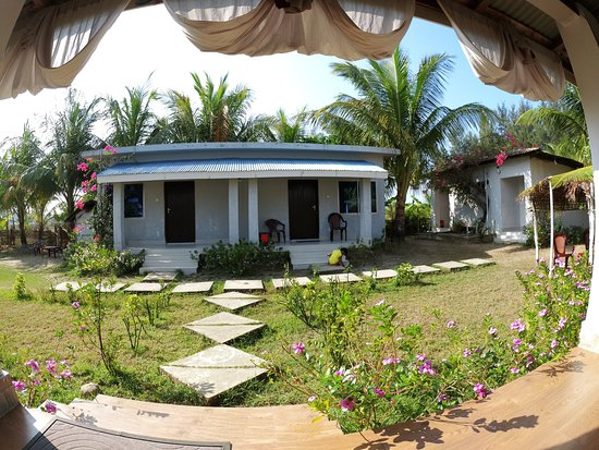 Saint Martin's Island, Bangladesh: View from dining area to the ordinary rooms (premium rooms on the right corner)