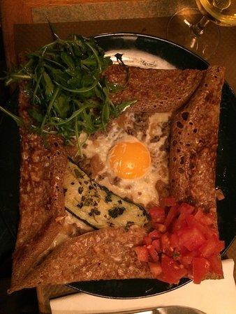 Galette à la viande haché supplément courgette et œuf.