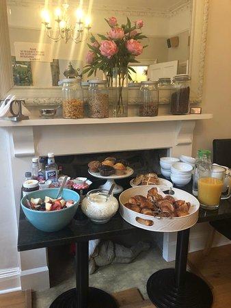 Bampton, UK: parte do café da manhã, os alimentos quentes são feitos na hora.