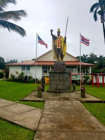 My hunt for King Kamehameha while on Oahu a heard a story of King Kamehameha and how Hawaiian paid to have a statue build of his remembrances. The first statue was lost at sea. Then the people had another statue build for the same price and shipped to them. While the second statue was on it's the way the first statue was found and it was decided that they wanted both statues. The first build statue was placed here in the home town of King and the second on Oahu. A third was build and placed i DC