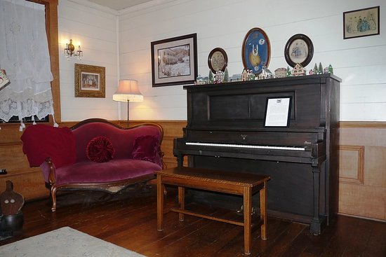Wolf Creek, OR: Piano in sitting room