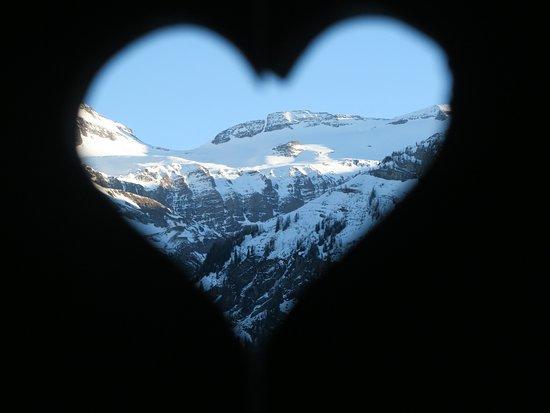 Lauenen, Suiza: Blick durch das Balkongeländer