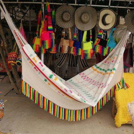 Hamaca elabora en hilo algodón, los dibujos a bordados son elaborados en hilo fino, elaboradas en telar vertical por artesanos de San jacinto Bolívar.