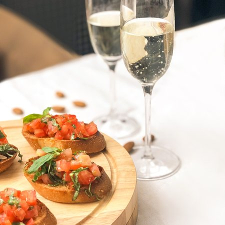 Hoy es noche de cena en cava, bruschettas y champagne 🤤 es nuestro favorito, ven y marida tu vino con los platos más ricos de nuestra comfort food!  #wineonthecouch #wineandfriends #winelover