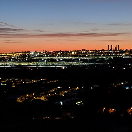 Paracuellos de Jarama, Španělsko: Bonitas vistas de Madrid desde este mirador. Se pueden ver también los aviones despegando y aterrizando 🤗