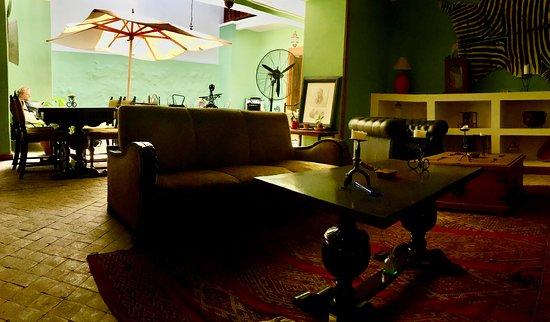 Фогу, Кабо-Верде: Vue du bar, l'espace salon devant, piscine au fond, avec sièges de relaxation.