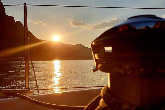 Sejlbåd ved solnedgang ved Comosøen