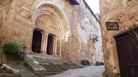 Prudhomat, Francia: L'entrée du prieuré doyenné de Carennac, voyage garanti au Moyen Age dans un lieu où il faisait déjà bon vivre au 13ème siècle !