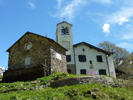 """""""Santuario """"Madonna della Neve"""" con annesso il rifugio che porta lo stesso nome. Si trova sopra Introbio in Val Biandino (1.595 m)."""